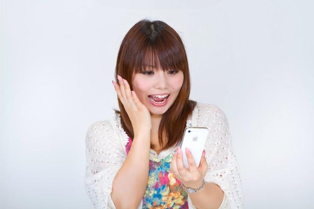 woman-smartphone-surprise