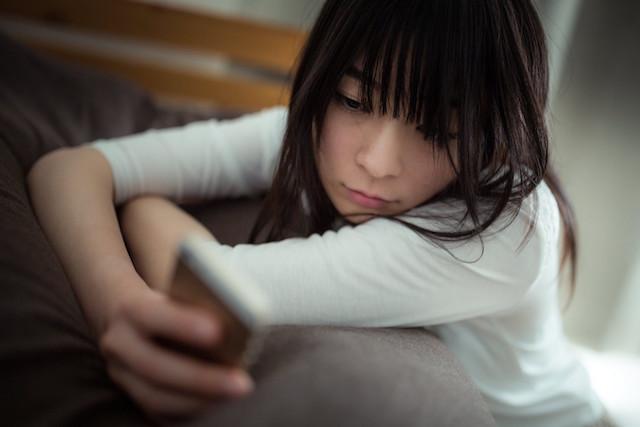 woman-smartphone-feelgroomy