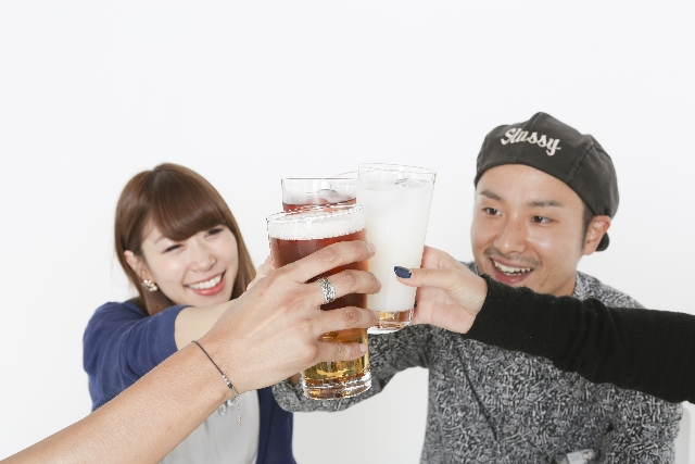 woman-man-drinkparty