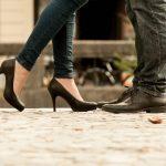 ヒール履いた女性が近づいたカップルの足