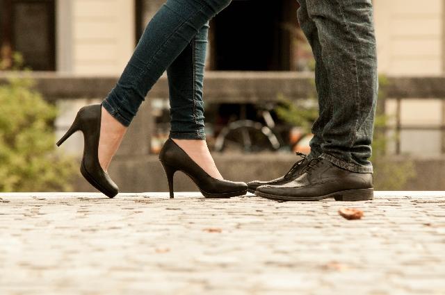 ヒール履いた既婚女性と男性の足
