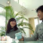 お茶を飲む仲の良い男性と女性