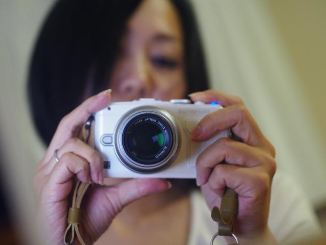プロフィール用写真をカメラで自撮りをする女性
