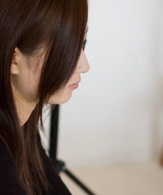プロフィール用写真の女性の横顔
