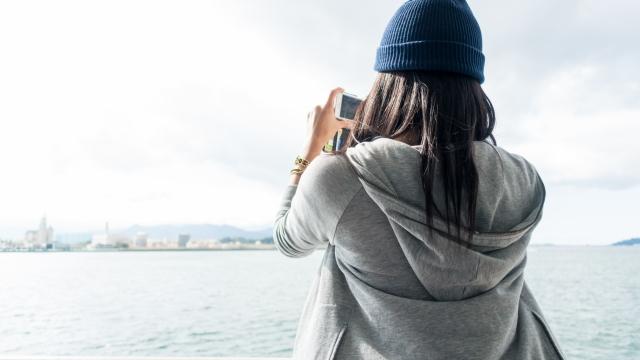 インスタグラム用の風景写真を撮る女性