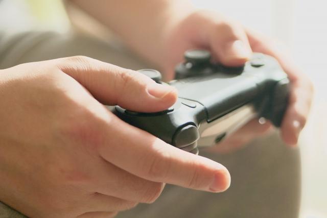 一人でゲームをする人