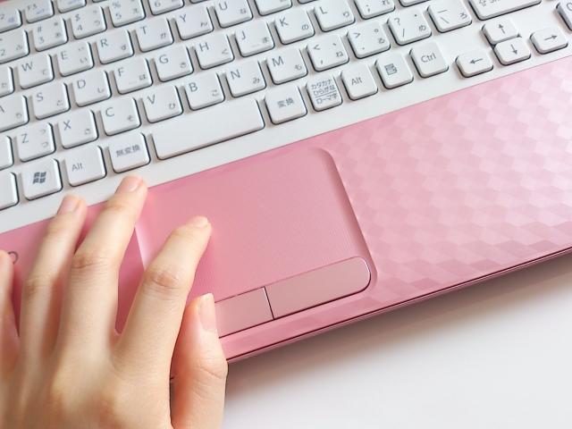パソコンでメールを返す女性の手