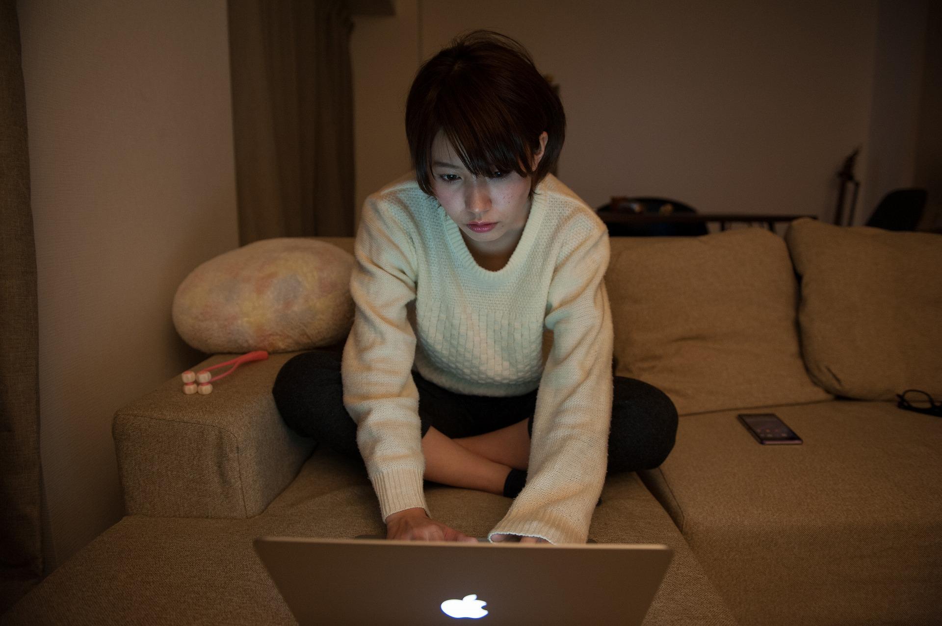 深夜にインターネットで友達を探すフリーターの女性