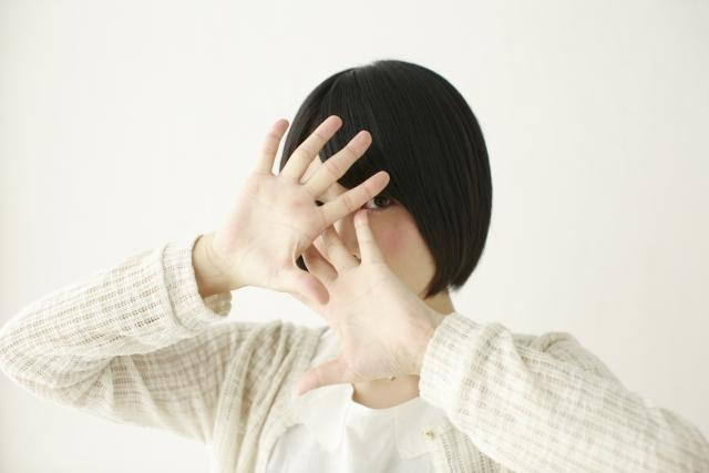 身バレをしたくないので顔を隠す女性