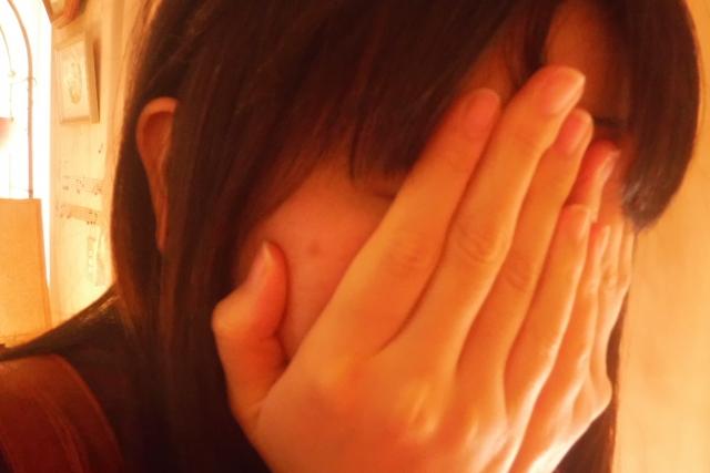 顔を隠す人見知りな女性